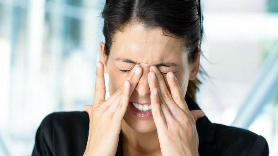 Девушка жмурит глаза от боли