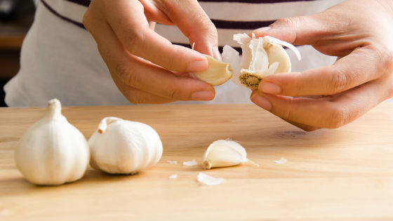 Обработка чесноком пораженных грибковых областей