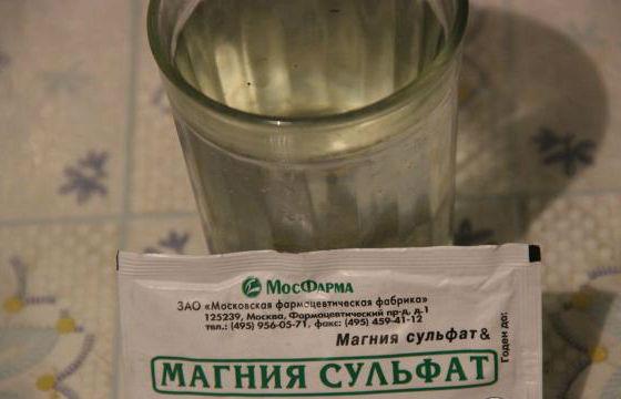Порошок магнезии растворяют в стакане кипяченой воды