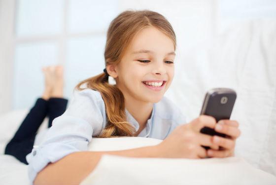 Девочка с сотовым телефоном