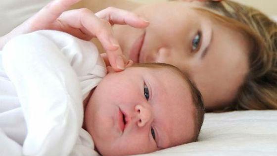 Мама гладит ребенка по щеке