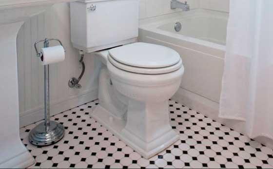 Контрастная напольная плитка в ванной