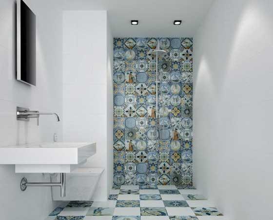 Идея с мозаичной кафельной плиткой в ванной и туалете