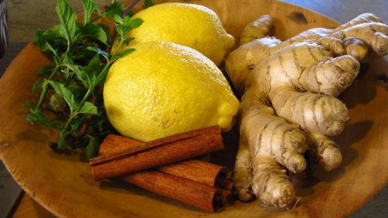 Лимон и имбирный корень для приготовления чая