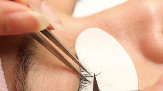 Снятие искусственных волосков после наращивания