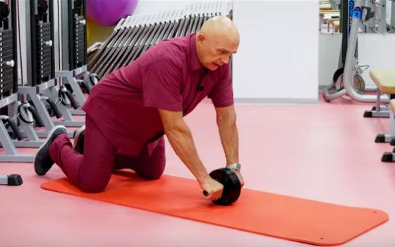Бубновский показывает, как начать выполнять упражнение