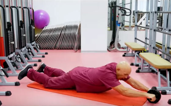 Бубновский показывает, как правильно выполнять упражнение