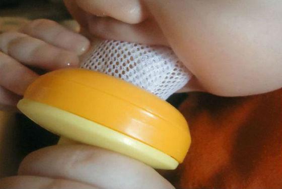 Жевание малышом сеточки для прикорма