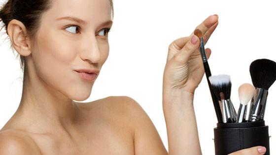 Разные кисти для нанесения макияжа