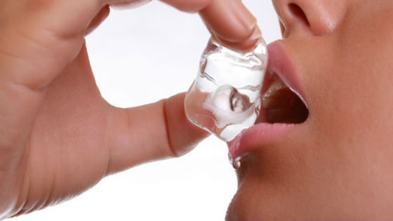 Применение косметического льда придаст губам дополнительный объем