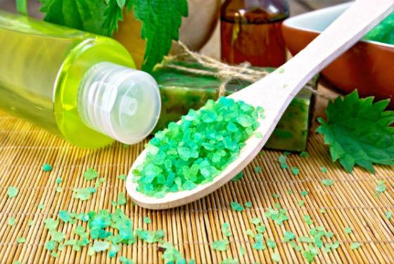 Приготовление скраба с солью и сухой травой