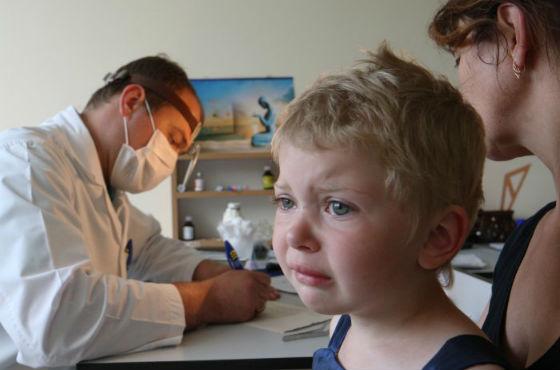 При сильных болях в животе следует посетить врача