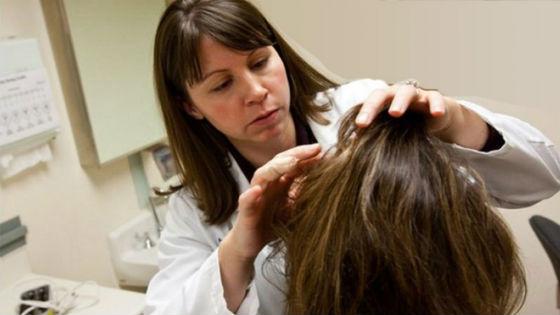 При сильной и длительной потере волосков лучше обратиться к специалисту