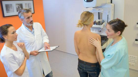 Для диагностики многих заболеваний груди используется маммография