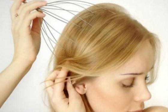 Для массажа головы можно использовать специальный массажер
