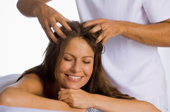 Успокаивающий массаж кожи головы для стимулирования роста волосков