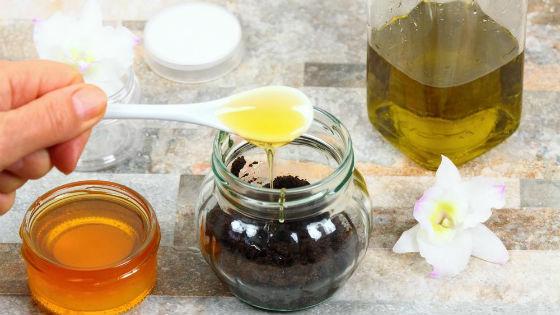Очищение кожи перед процедурой домашним скрабом с медом