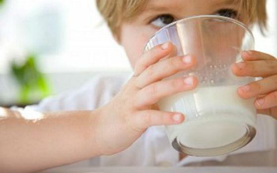 Молоко с добавлением меда как сладкое лекарство для детей