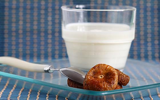 Инжирное молоко с добавлением меда при простуде