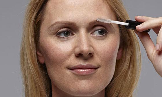 Нанесение моделирующего геля на брови