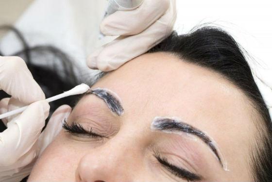 Перманентный макияж. Нанесение анестезирующего крема перед проведением перманента