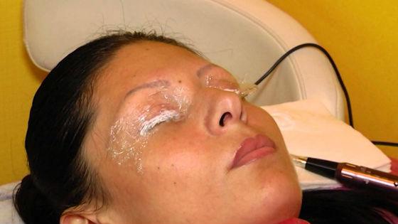 Перед проведением перманентного макияжа обязательно наносится анестезия