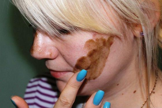 Нанесение крема с бадягой на лицо
