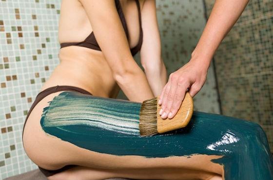 Нанесение глиняного состава на кожу