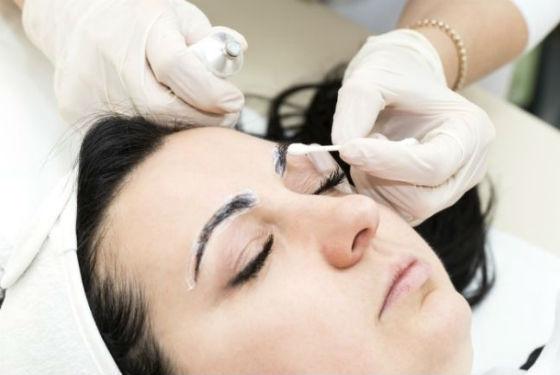 Нанесение анестезирующего состава перед процедурой