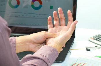 Сильно немеют пальцы обеих рук