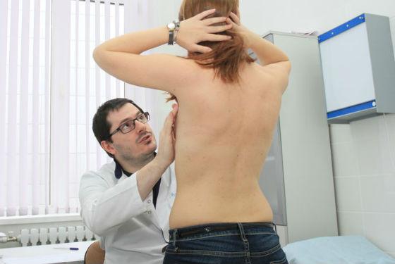 Осмотр груди врачом-маммологом