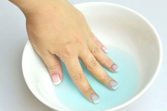Снятие шеллака отмачиванием в жидкости для снятия лака