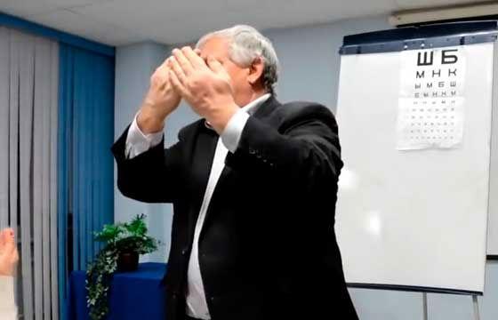 Профессор Жданов показывает, как сложить ладони, чтобы сделать пальминг
