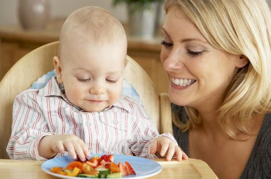 Ребенок пробует разные фрукты