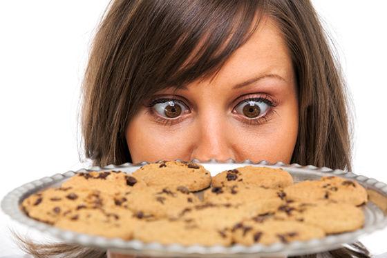 Девушка смотрит на печенье