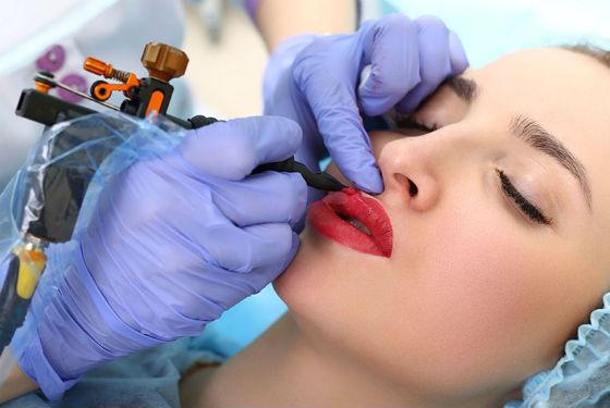 перманентный макияж. Нанесение красителя на губы