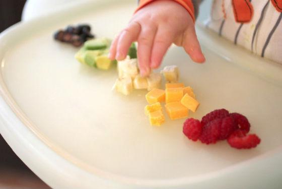 Заинтересовать ребенка можно яркими кусочками пищи