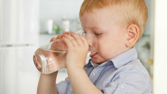 В первые сутки болезни нужно много пить, чтобы не допустить обезвоживания