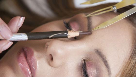 Перед процедурой важно нарисовать эскиз бровей
