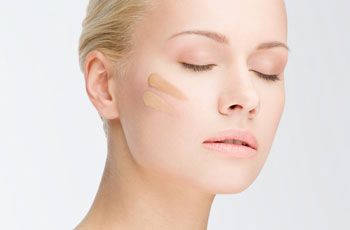 Как правильно наносить тональную основу на лицо: видео и пошаговая инструкция нанесения тонального крема пальцами, спонжем и кистью для маскировки недостатков кожи и морщин