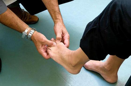 При нарушении теплообмена в ступнях следует посетить врача