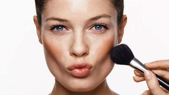 Нанесение румян на лицо как заключительный этап макияжа