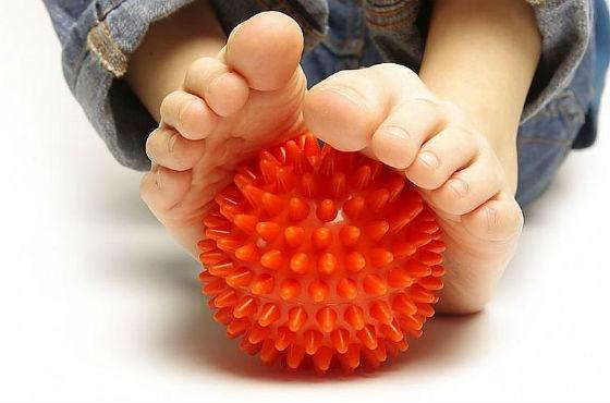 Упражнения и массаж стоп проводят практически с рождения