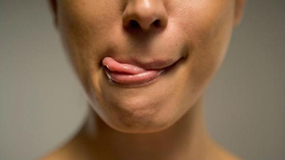 Привычка постоянно облизывать губы ведет к их сухости и растрескиванию