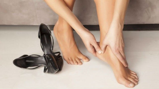 Неудобная обувь как причина растрескивания кожи стоп