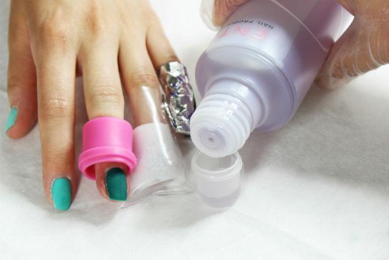 Использование профессиональных средств для снятия покрытия с ногтей