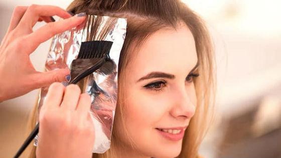 Красить волосы лучше доверить мастеру