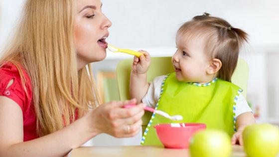 Ребенок охотнее есть вместе со взрослыми