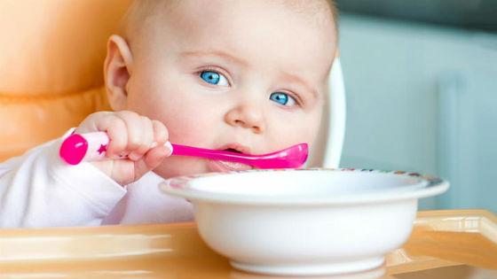 Ребенок самостоятельно ест ложкой