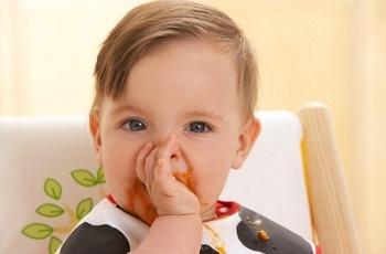 Ребенок сосет палец: что делать?